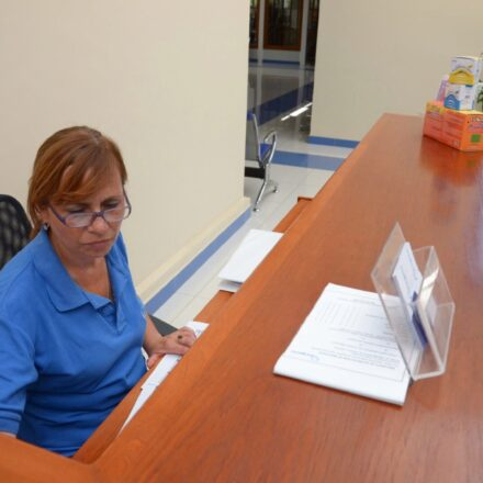 Marisol Chacon en el ingreso de Oxígeno realizando labores administrativas